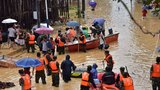 汕尾市新田镇普降暴雨,群众被洪水围困,数十余名即将退伍的老兵主动请缨勇上救灾一线。