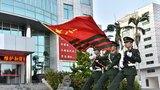 支队举行冬季老兵退伍仪式,图为向武警部队旗告别。