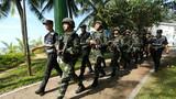 武警公安在旅游景点周边进行徒步武装巡逻。