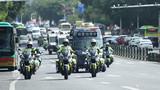 武警公安在城市主干道进行联勤武装巡逻。