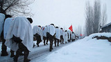 行军队伍穿过驻地村庄。