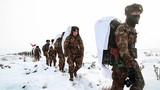 部队行进在茫茫雪野。