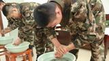 班长骨干打来热水,为新战友们接风洗尘。