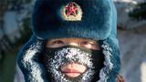 官兵的帽子和防寒面罩上挂上了冰霜。