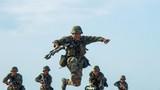 砺兵西北荒漠,一名战士纵身跨越壕沟。(袁煜 摄)