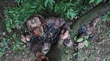 战士口叼刺刀上树警戒。(俞泽民 摄)