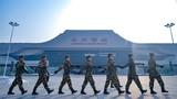 元旦假期,武警甘肃省总队官兵们一如既往,坚守在第一线,为人民群众筑牢安全屏障。连日来,该总队千名官兵奋战在执勤一线,担负处置突发事件、城市武装巡逻、战备巡逻、维护景区秩序等各类临时勤务,用实际行动践行着铮铮誓言。该图为2018年12月30日,武警甘肃总队兰州支队官兵正在兰州火车西站巡逻。侯崇慧摄