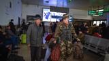 2018年12月30日,武警甘肃总队兰州支队巡逻官兵热情帮助旅客。曹志刚摄
