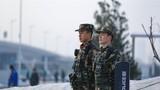 2018年12月30日,武警甘肃总队在繁华商业街定点警戒。侯崇慧摄