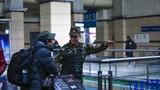 2018年12月30日,武警甘肃总队兰州支队巡逻官兵为旅客提供热情服务。曹志刚摄