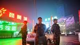 12月30日,武警甘肃总队兰州支队官兵夜间在繁华商业街定点警戒。侯崇慧摄