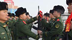 新兵下连队第一课:授枪仪式