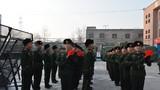 新战士入队仪式现场,新兵们整齐列队准备交接钢枪。