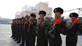 新战士入队仪式现场,老兵手持钢枪整齐列队。