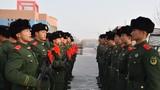 新战士入队仪式现场,老兵给新兵下达口令。