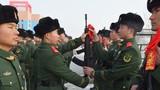 新战士入队仪式现场,新兵接过老兵手中的钢枪。
