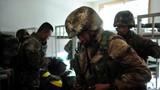 12月30日,西藏军区某炮兵旅围绕紧急出动、人员物资等内容,随机抽点建制连队,开展战备演练,检验部队备战打仗能力。图为接到命令后迅速穿戴装具。