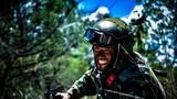 一名战士在训练中匍匐前进。