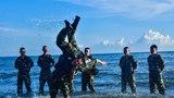战士们正在海边进行训练。