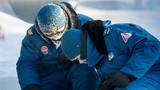 冰天雪地,为使操作精细,官兵摘下手套细细调试。