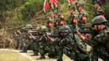 武警三亚支队军事比武中,参赛队员正在进行多姿势射击科目比武。