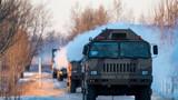清晨,车队伴着冰霜踏上征程。