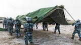 完成装备展开,官兵抢在天黑前支起宿营帐篷。