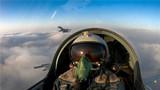 双机编队穿云飞行。