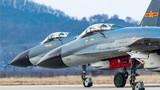 1月3日,北部战区空军航空兵某旅迎来新年度第二个飞行训练日,在当天的跨昼夜训练中,该旅重点进行飞行员新大纲改装和自由空战对抗训练。战机起飞前暖车。