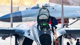 完成对抗空战训练,机务官兵进行再次出动准备。