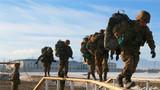 全副武装通过独木桥。