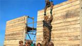 团队协作翻越高墙。