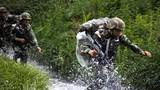 2018年6月,武警大理支队特战官兵极限训练中淌过河流地域。