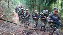 武警某部交通二支队穿林越野锤炼救援尖兵
