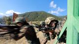 官兵组织武装搜捕训练。