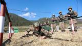 官兵野外开展战术训练。