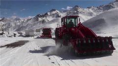 降雪致新藏线交通受阻 武警官兵紧急抢通