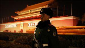 """霓虹灯下 看天安门广场的那一抹""""橄榄绿"""""""