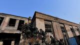 参训官兵展开楼房反劫持战斗演练。