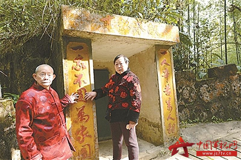 2014年12月,何良英和老伴来到儿子何田忠曾经战斗过的地方,圆了30多年的愿望(0)。蒋德红摄