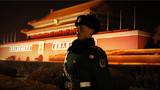 金水桥畔、国旗杆下、长安街上、纪念碑前……官兵们风雨无阻守卫着天安门、护卫着五星红旗。一组天安门广场执勤官兵的照片分享给大家,寒冬腊月,霓虹灯下,他们就是这么帅。