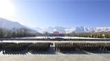 新年伊始,海拔3700米的雪域高原呈现出银装素裹的美景。西藏军区某炮兵旅的开训周正在如火如荼地开展中。