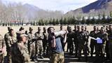 官兵为创造举炮弹记录的韩磊加油鼓劲。