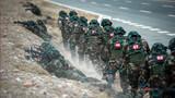 """""""端黑窝子""""战斗行动中,队员快速接近""""恐怖分子""""。"""