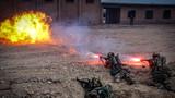 """""""端黑窝子""""战斗行动中,队员使用火力打击""""恐怖分子""""。"""
