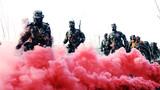 """驻津武警某部官兵全副武装,快速通过""""染毒地带""""。"""