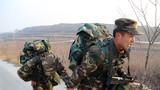 武警河南总队许昌支队官兵在武装奔袭途中互相帮助。