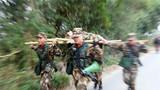 武警广西总队北海支队官兵进行担架搬运伤员训练。