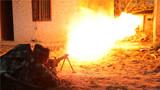 武警海南总队拉练官兵利用喷火器对目标实施打击。