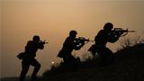 夜幕降临。武警陕西总队拉练官兵正在进行突击抓捕课目训练。